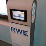 Newe RWE Ladestation für Flottenkunden mit Touchscreen.