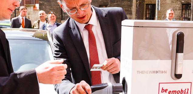 Berlin, 22.4.15, Pressekonferenz zur Einweihung der ersten Ladesäule nach dem Berlin-Standard. Dr. Marcus Groll und Staatssekretär Christian Gaebler beim Laden eines EV. Quelle: Allego